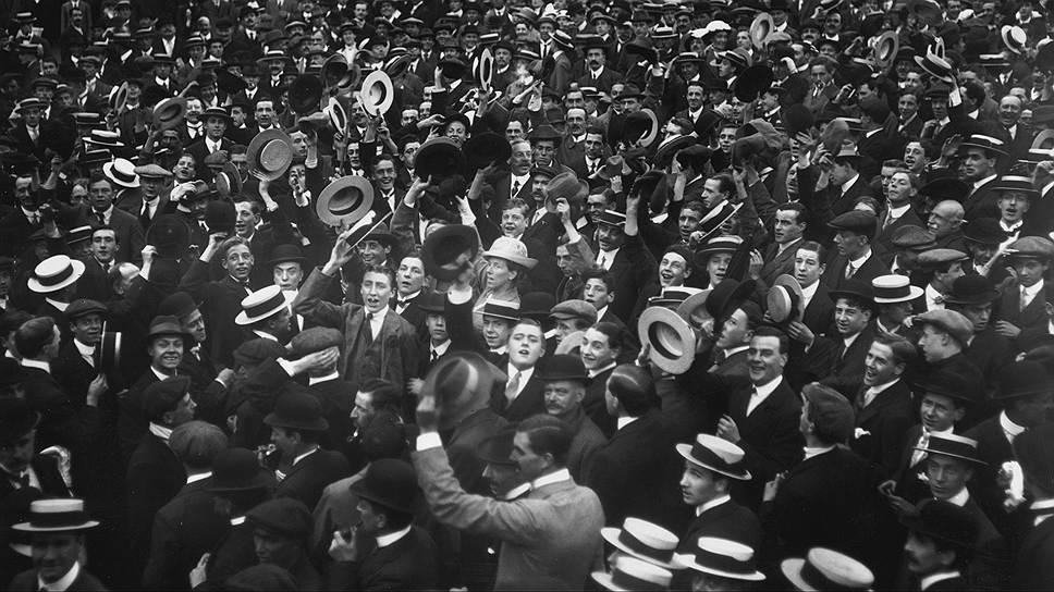 Толпа на Трафальгарской площади во время объявления войны Германии, Лондон, 4 августа 1914 года