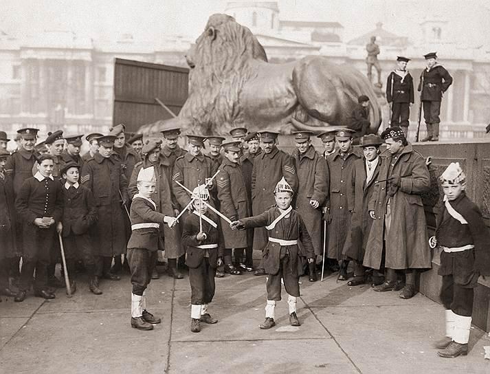Мальчишки на Трафальгарской площади играют в солдат, 1914 год