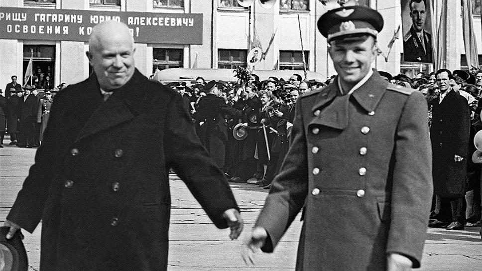 Юрий Гагарин и Никита Хрущев на Внуковском аэродроме, 14 апреля 1961 года