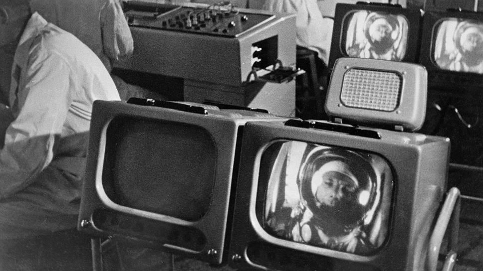 Ученые следят за состоянием Гагарина в космосе, 12 апреля 1961 года