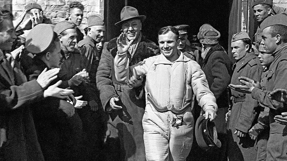 Юрий Гагарин сразу после приземления, Саратовская область, 12 апреля 1961 года