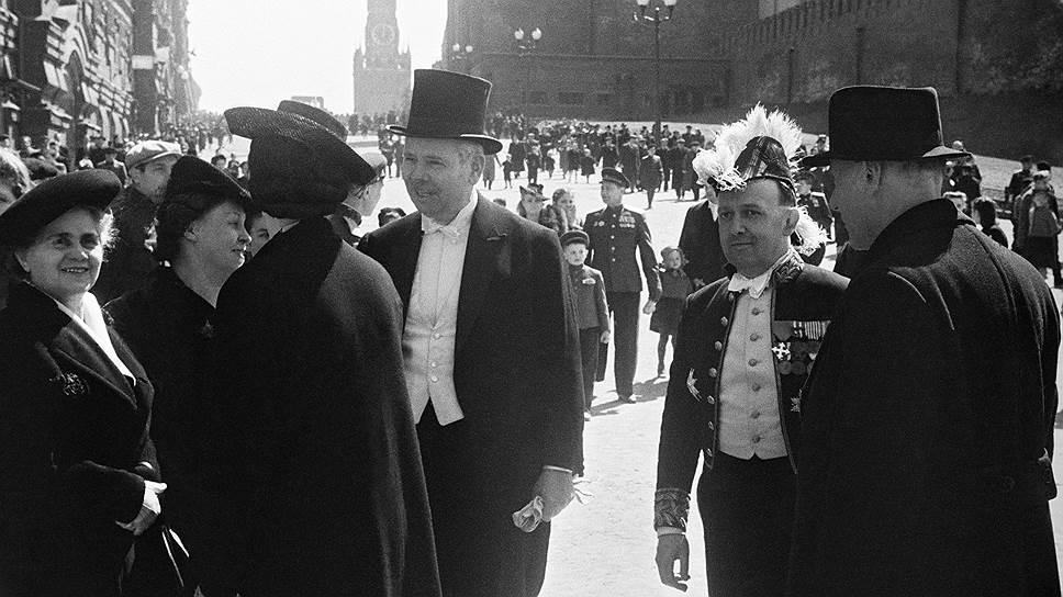 «Иностранные гости на Красной площади в Москве», 9 мая 1945 года