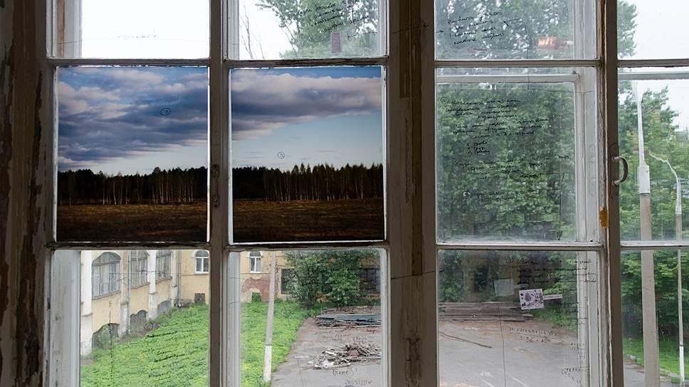 Экспозиция выставки выпускников Школы Родченко «Двенадцать задумывающихся фотографов», 2014 год