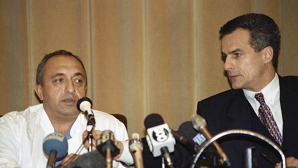 Кардиохирург Ренат Акчурин (слева) и пресс-секретарь президента России Сергей Ястржембский на пресс-коференции после проведения операции Борису Ельцину, 5ноября 1996года