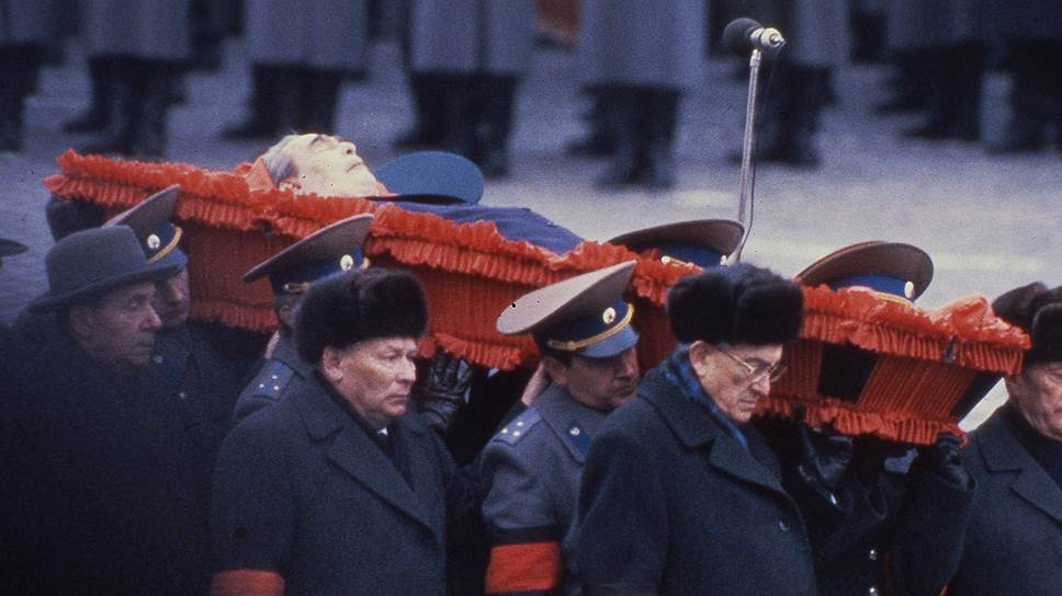 Генсек ЦК КПСС Юрий Андропов, секретарь ЦК КПСС Константин Черненко и министр иностранных дел Андрей Громыко у гроба Леонида Брежнева (справа налево), 15 ноября 1982 года