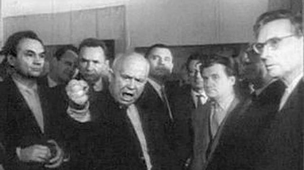 """Никита Хрущев на выставке """"30лет МОСХ"""", первый этаж Манежа"""