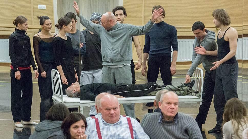 Раду Поклитару (стоит), Деклан Доннеллан и Ник Ормерод (сидят) на репетиции балета «Гамлет»