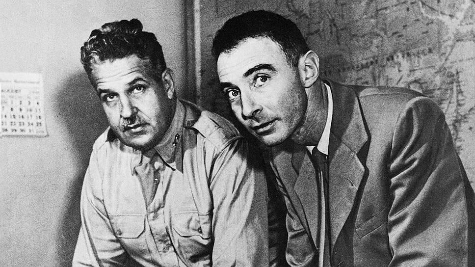 """Роберт Оппенгеймер (справа) и военный глава проекта """"Манхэттен"""" генерал Лесли Гровс. Лос-Аламос, 1 августа 1945 года"""