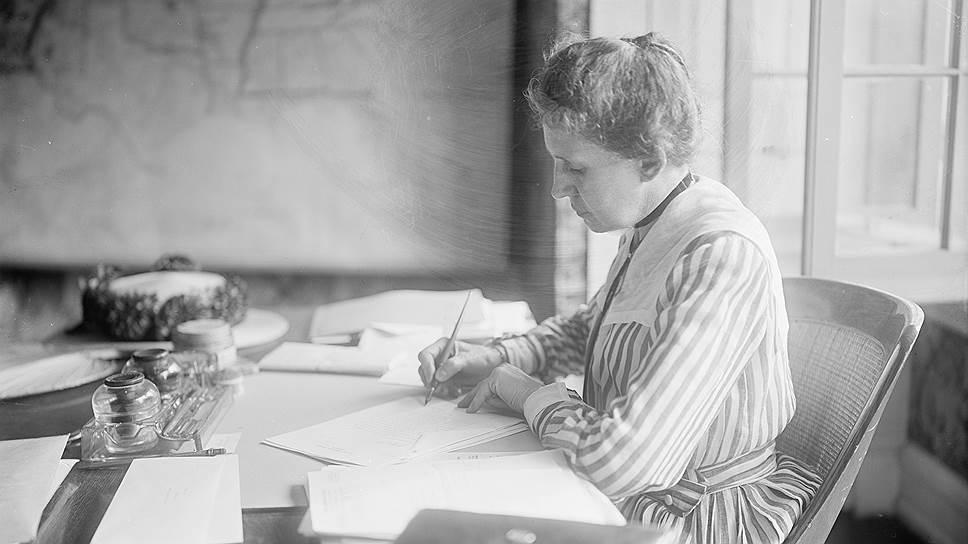 Ида Тарбелл в рабочем кабинете. Нью-Йорк, конец 1900-х — начало 1910-х годов