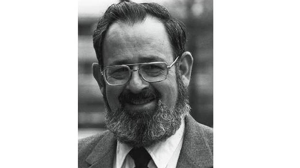 """Бернард Римленд (1928-2006), американский психолог, отец аутичного ребенка. В 1965 году основал Американское общество аутизма (ASA), в 1967 году — Институт исследований аутизма (ARI). Автор работ """"Детский аутизм: синдром и его связь с нервной теорией поведения"""" (1964, предисловие Лео Каннера), """"Биологическое лечение аутизма и общего расстройства психического развития"""" (1998)."""
