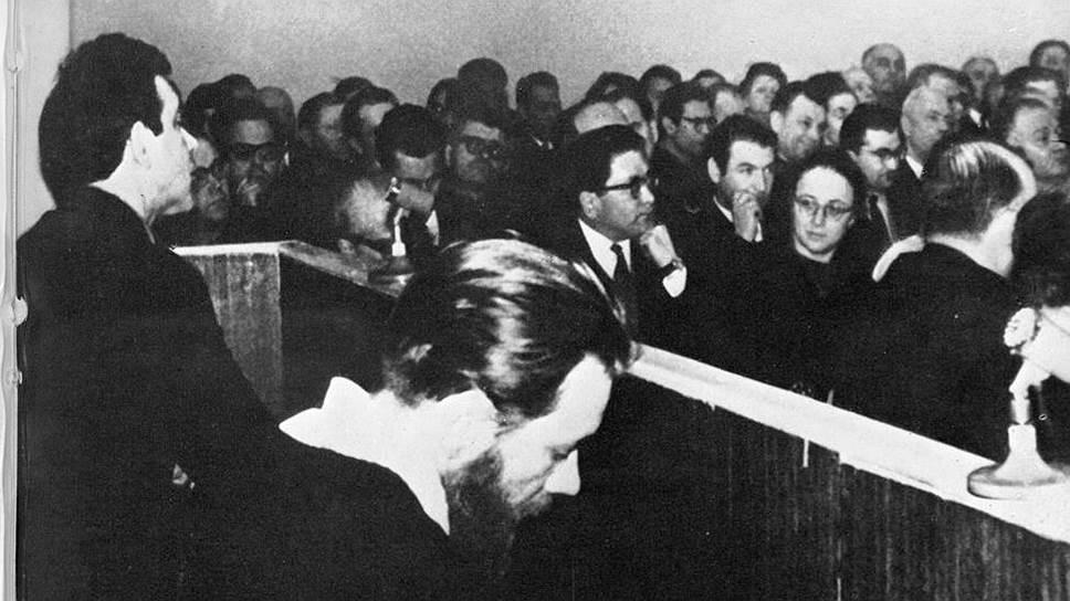 Юлий Даниэль (слева) и Андрей Синявский в зале суда, февраль 1966 года