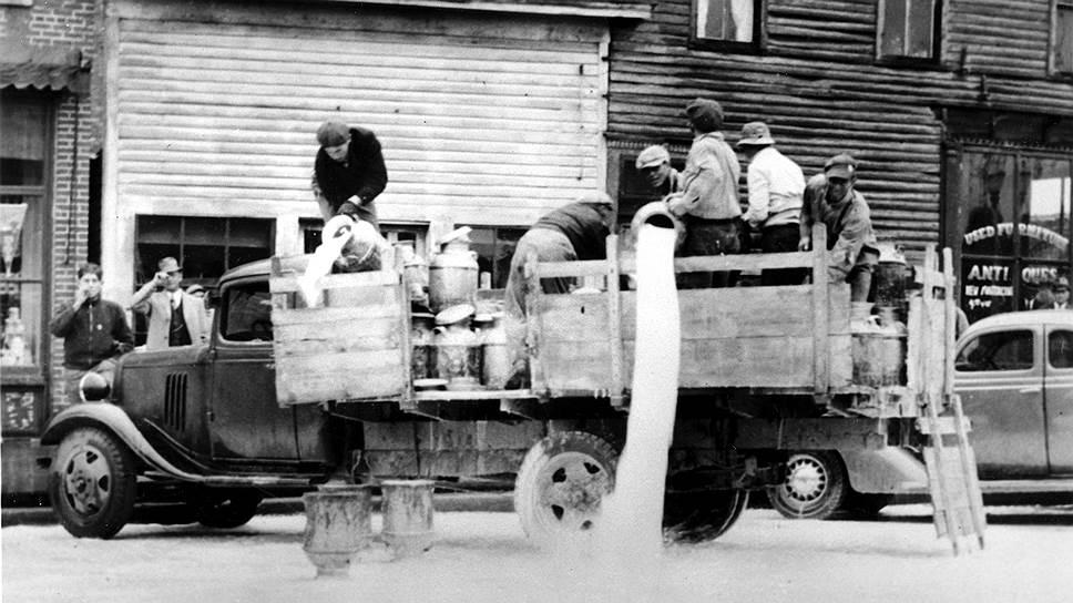 Бастующие уничтожают 50бочек молока, направляющиеся в Чикаго, 1935год