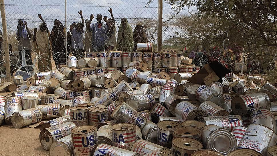 Беженцы из Сомали у пункта распределения продовольственных пайков. Кения, 2011год