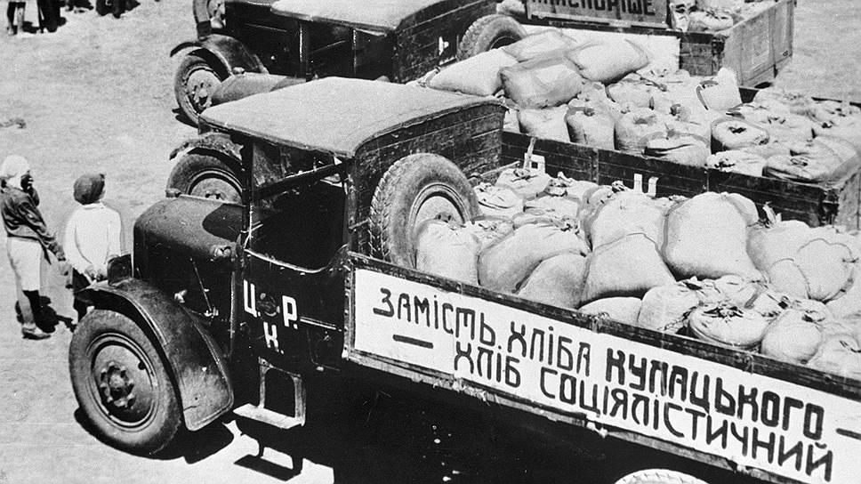 """Грузовики с зерном, собранным в колхозе """"Каховка"""", 1930год"""