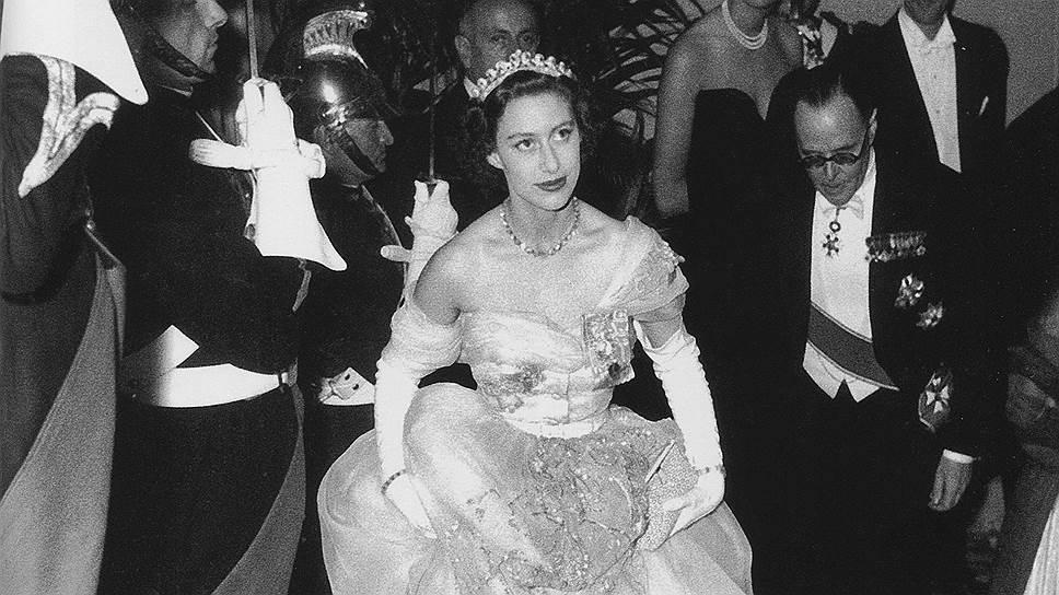 Принцесса Маргарет в платье, специально созданном для нее Кристианом Диором, и сэр Оливер Харви на благотворительном балу в Париже, 1951год