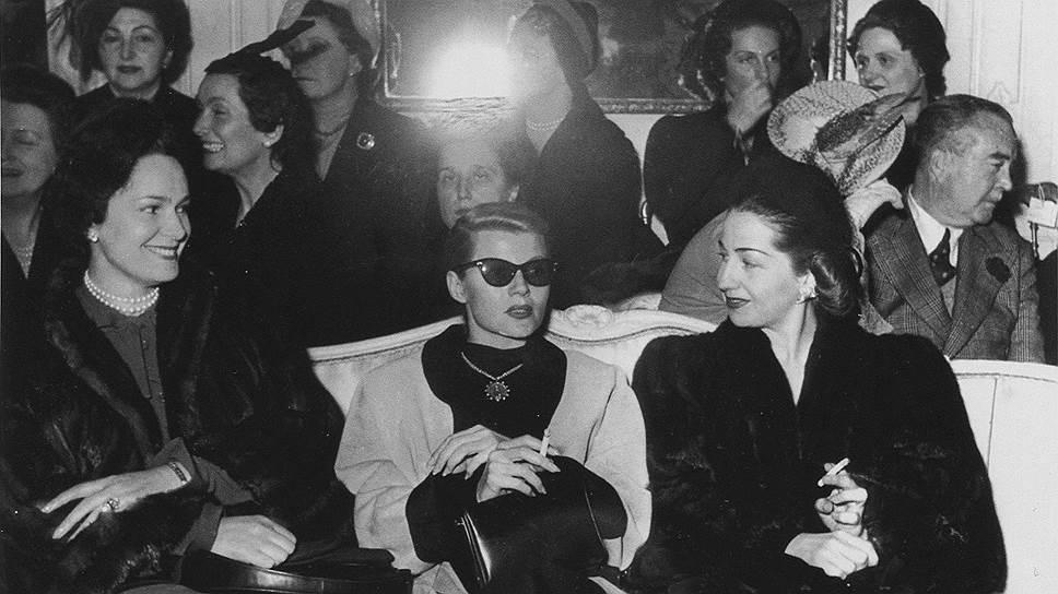 """В центре: актриса Рита Хейворт и Бегум Ага-ханIII (Ивонна Лабрусс, жена султана Мухаммад-шаха Ага-ханаIII) на презентации коллекции Christian Dior """"весна-лето 1959"""""""