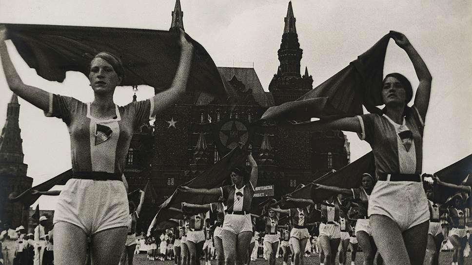 """""""Девушки с платками"""", 1935 год"""