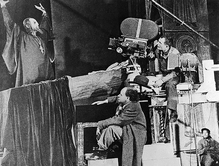 Николай Черкасов (слева), Сергей Эйзенштейн и Эдуард Тиссэ (справа) на съемках фильма «Иван Грозный», 1945год