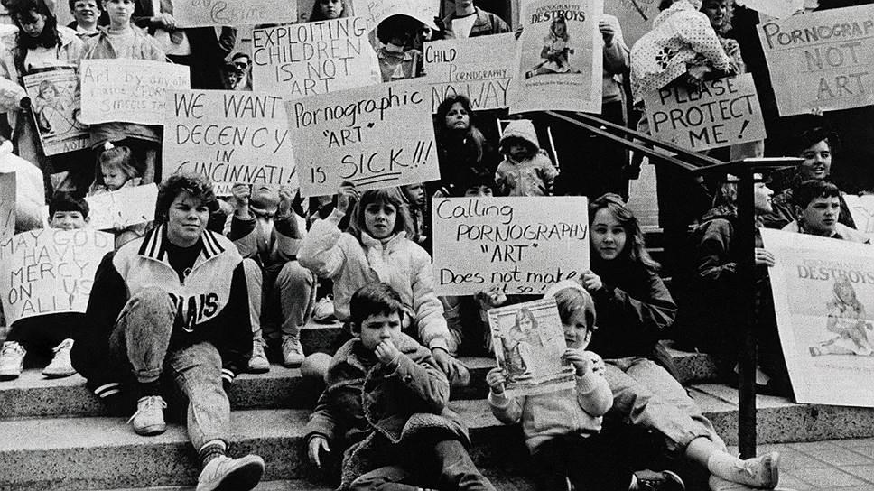 Митинг против выставки Роберта Мэпплторпа перед зданием суда в Цинциннати, 1990 год