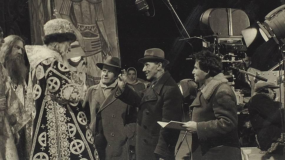 Сергей Эйзенштейн (слева) на съемках «Ивана Грозного»,  1943–1944 годы