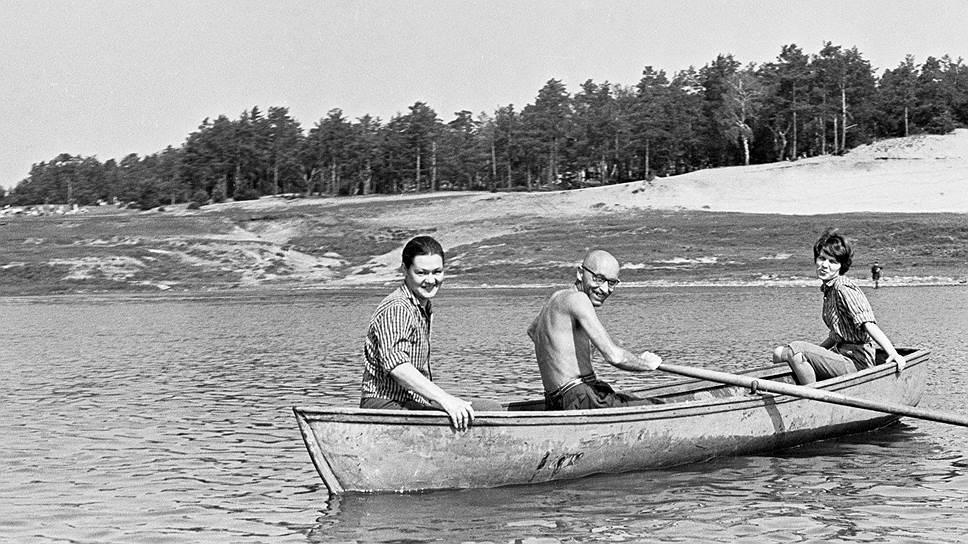 Слева направо: Валентина Кропивницкая, Оскар Рабин и их дочь Екатерина, 1968год. Фото Игоря Пальмина <br>Фото: Архив Музея современного искусства «Гараж», Москва <br>.Коллекция Игоря Пальмина