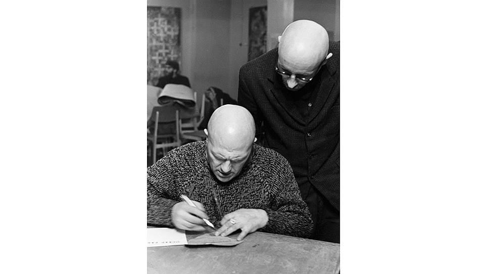Лев Кропивницкий (слева) и Оскар Рабин на открытии однодневной выставки в Институте мировой экономики и международных отношений, 1969год. Фото Игоря Пальмина