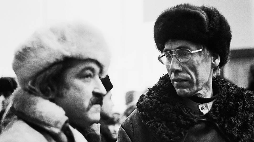 Генрих Сапгир и Игорь Холин на выставке в павильоне «Пчеловодство» на ВДНХ, 1975год. Фото Игоря Пальмина