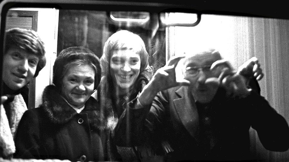 Оскар Рабин, Валентина Кропивницкая и Александр Рабин на Белорусском вокзале в день отлета в Париж, 1978год. Фото Игоря Пальмина