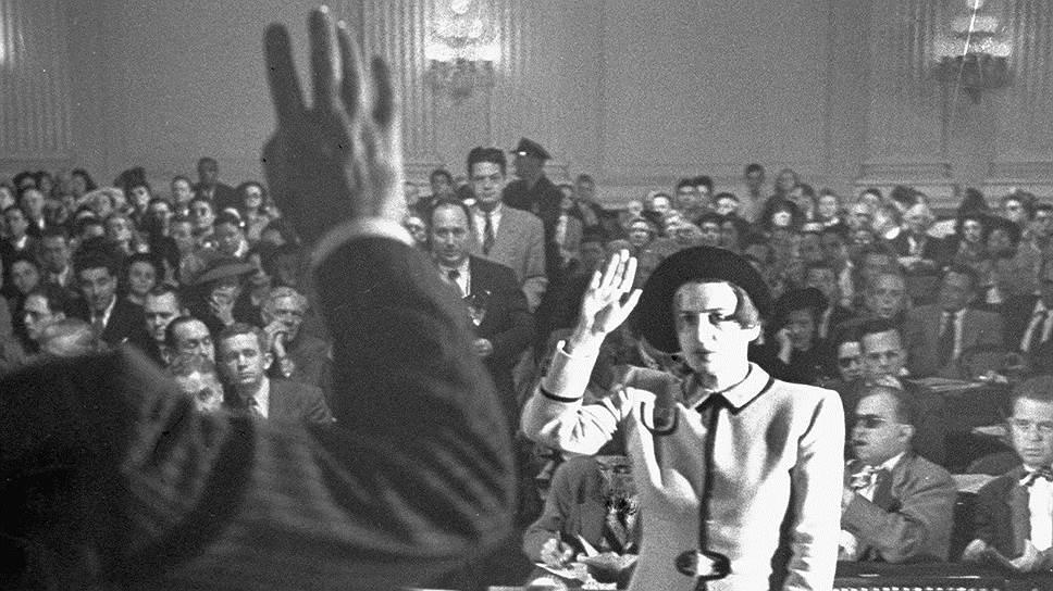 Айн Рэнд дает показания комиссии по расследованию антиамериканской деятельности, 1947 год