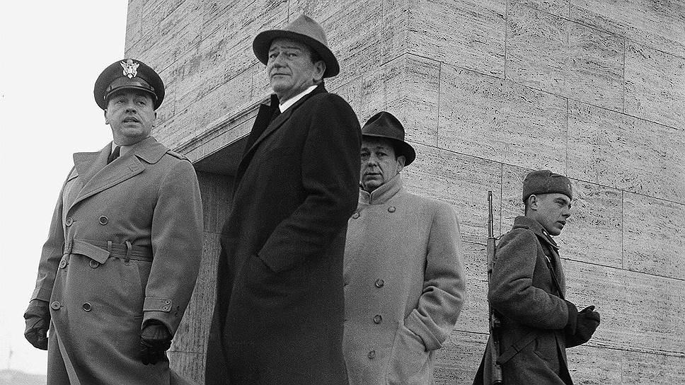 Джон Уэйн (в центре) рядом с Мемориалом павшим советским солдатам в Берлине, 1956год