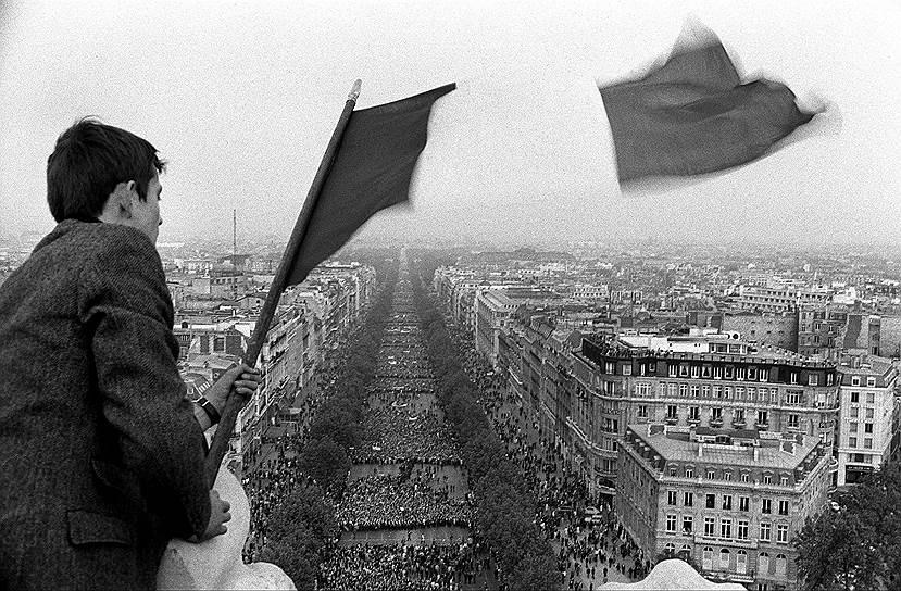 Демонстрация в поддержку Шарля де Голля на Елисейских Полях