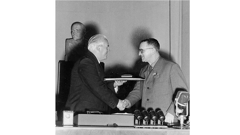 Бертольт Брехт на вручении Международной Сталинской премии «За укрепление мира между народами», 1951