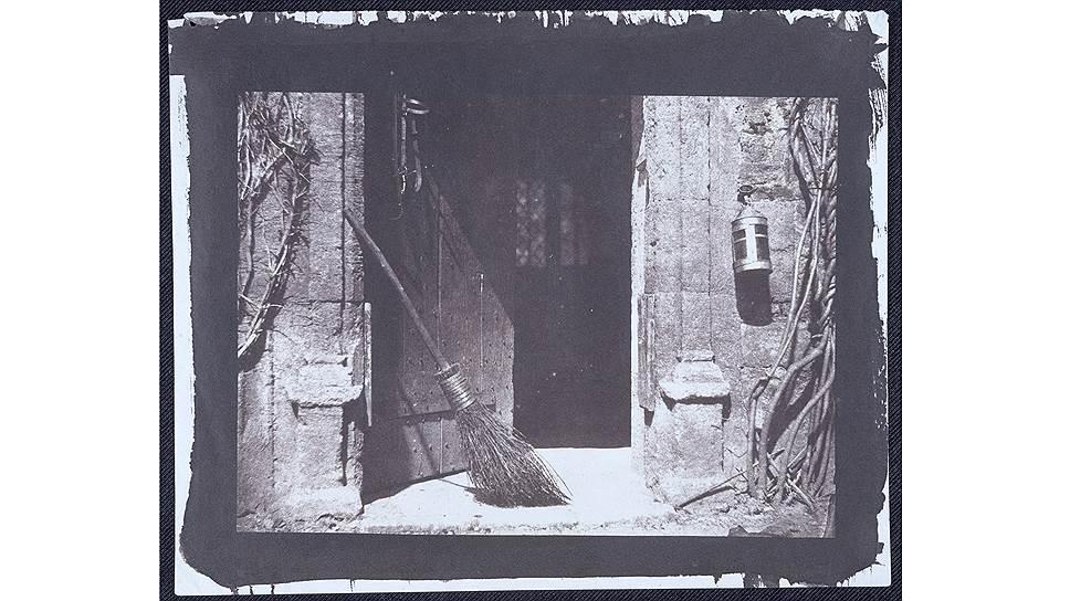 Открытая дверь. Лист VI из альбома «Карандаш природы», 1844 год