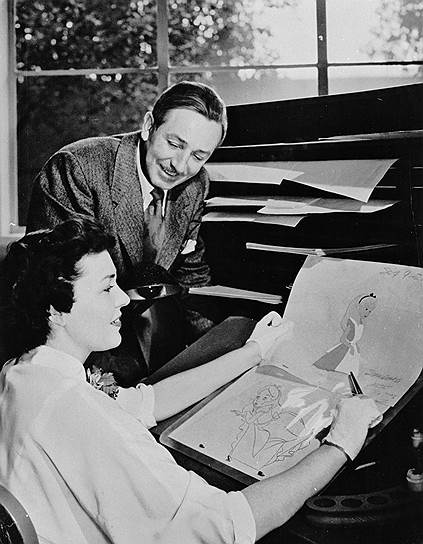 Уолт Дисней и сотрудница его студии работают над «Золушкой», 1950