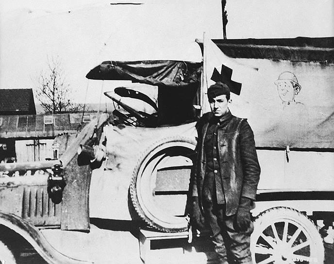 Уолт Дисней и разрисованная им на Первой мировой машина Красного Креста, 1919