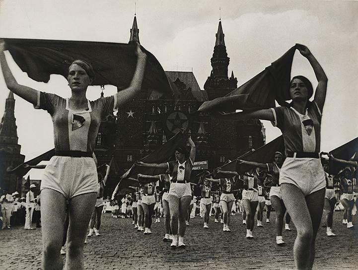 «Девушки с платками». Фотограф Александр Родченко, 1935