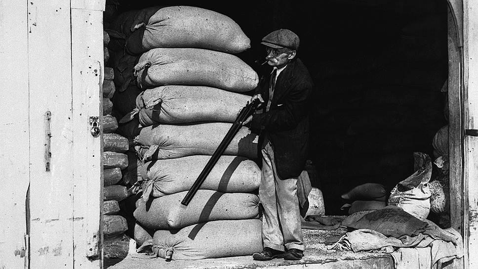 Фермер из Нью-Джерси защищается от марсиан. Постановочная фотография, журнал Life, 1938