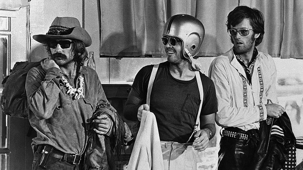 Деннис Хоппер, Джек Николсон и Питер Фонда на съемках «Беспечного ездока», 1969