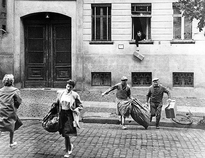 Жители Восточного Берлина бегут в Западный после объявления о начале возведения Берлинской стены, 13августа 1961