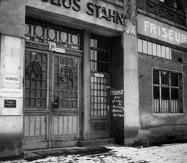 Закрытая парикмахерская в Восточном Берлине; в объявлении владелец сообщает о переезде в Западный Берлин, 1953