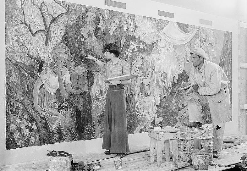 Туве Янссон за работой над фреской «Праздник в деревне», 1947