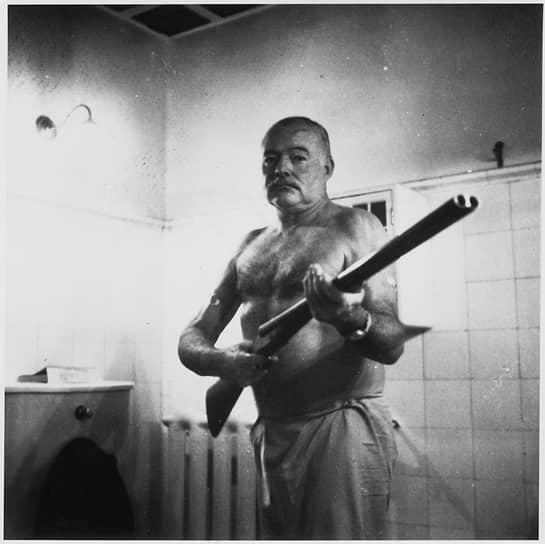 С двустволкой дома на Кубе, 1952