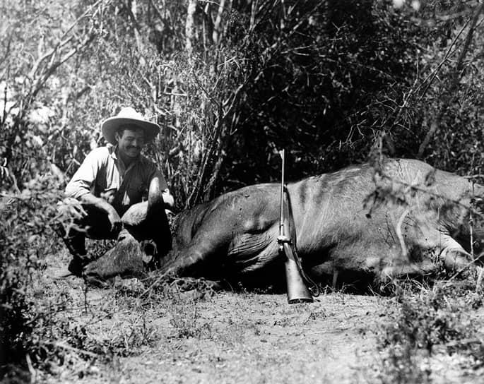 С мертвым буйволом на сафари в Африке, 1933