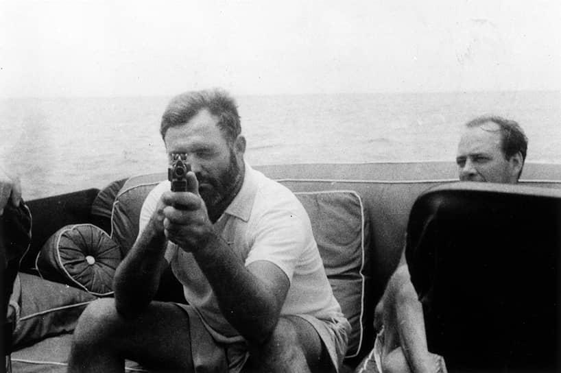 С пулеметом Томпсона на своей яхте «Пилар», 1935