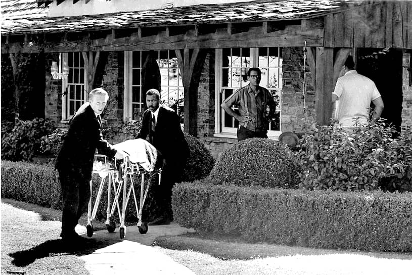 Сотрудники полиции на месте убийства Шарон Тейт, 1969