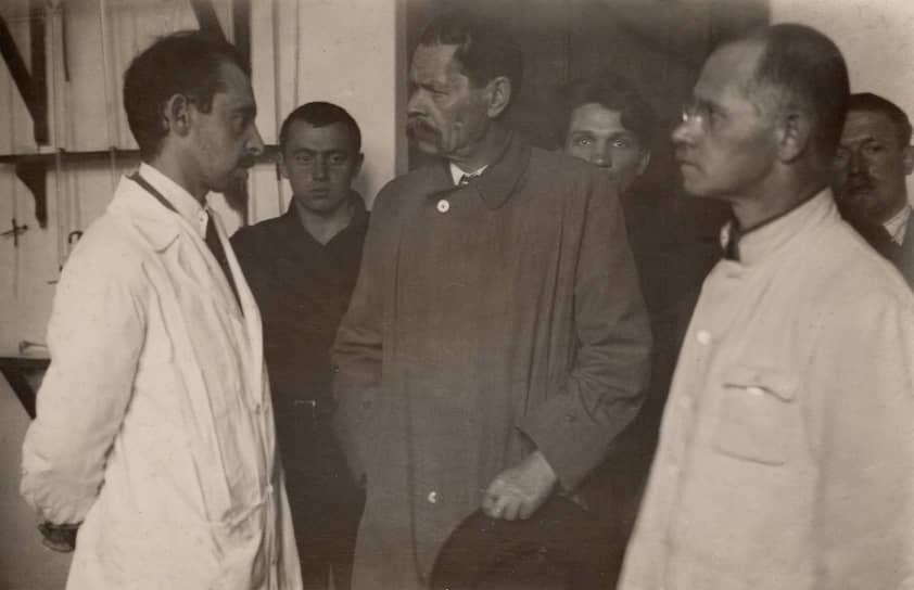 Максим Горький во время визита в ЦИТ, 1928. Справа — Алексей Гастев