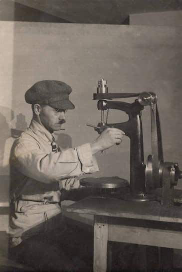 Алексей Гастев за токарным станком