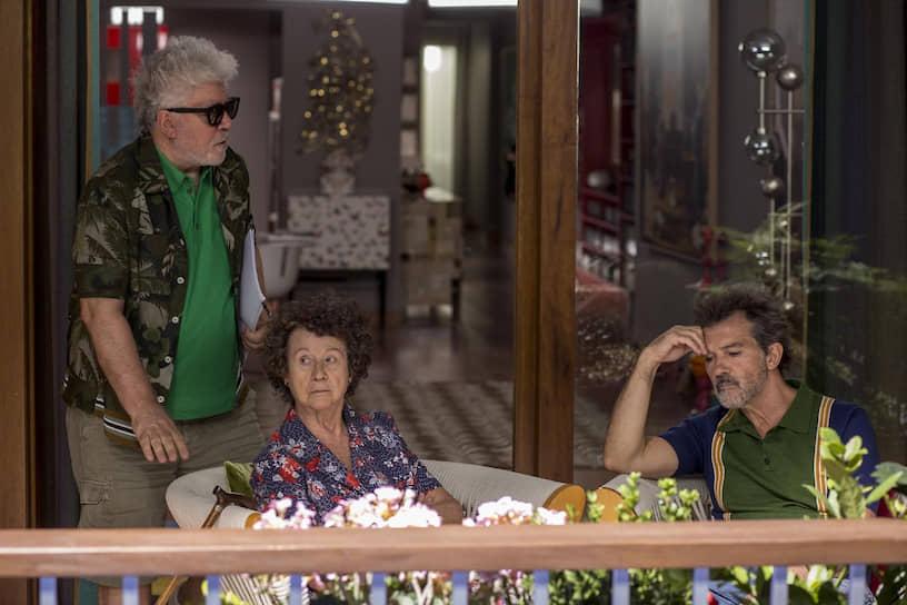 Педро Альмодовар, Хульета Серрано и Антонио Бандерас на съемках «Боли и славы», 2019