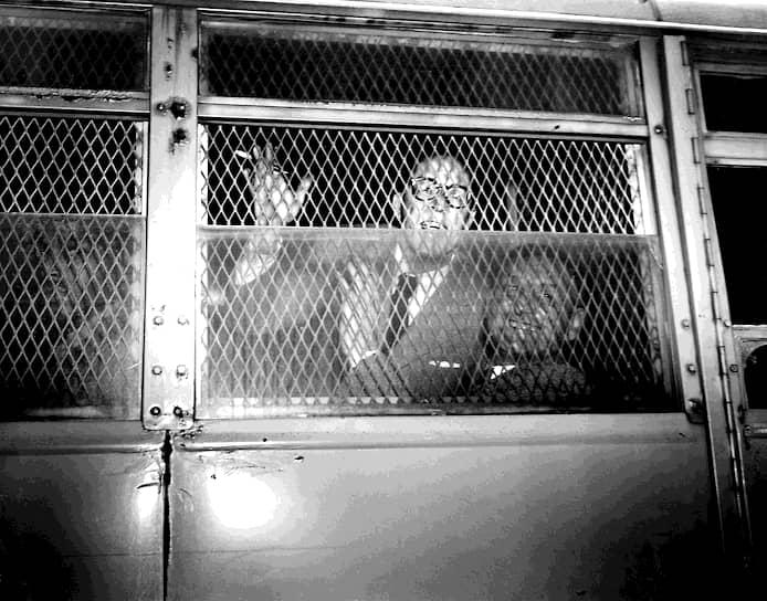 Дальтон Трамбо (слева) и Джон Говард Лоусон после вынесения судебного приговора, 9июня 1950-го