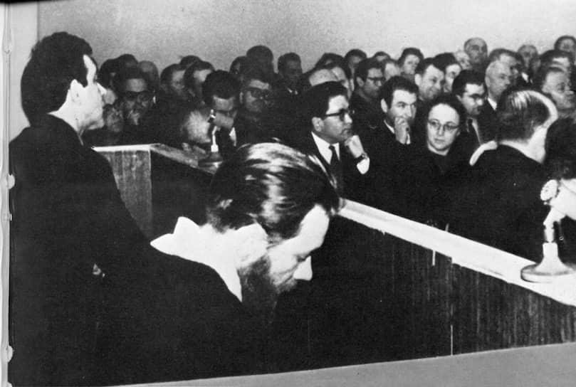 Юлий Даниэль (слева) и Андрей Синявский в зале суда, февраль 1966-го